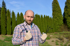 Man med trädgårds- hjälpmedel Arkivfoto
