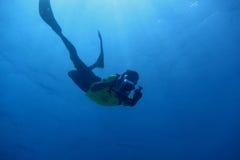 man med undervattens- kamerafilmande Royaltyfria Foton
