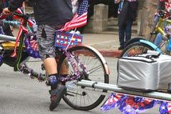 Man med USA tecknet på cykeln Arkivfoton