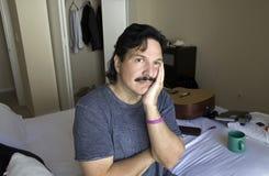 Man med uttråkat eller ledset uttryck på hans framsida Fotografering för Bildbyråer
