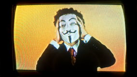 Man med v för fejdmaskering stock video