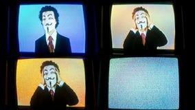 Man med v för fejdmaskering lager videofilmer