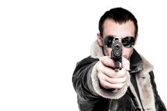 Man med vapnet i solglasögon. Fotografering för Bildbyråer