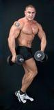 Man med vikter för en stång i händer arkivfoton