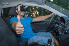 Man med virtuell verklighetexponeringsglas som sitter i bil och visar thum Royaltyfri Fotografi