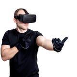 Man med virtuell verklighethörlurar med mikrofon som spelar videospel Royaltyfri Fotografi