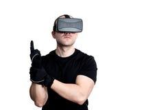 Man med virtuell verklighethörlurar med mikrofon som spelar videospel Royaltyfri Bild