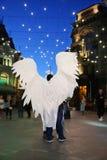 Man med vita ängelvingar Royaltyfria Foton