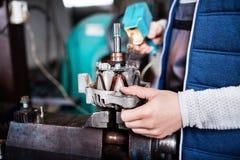 Man mekanikern som reparerar en bil i ett garage royaltyfria foton