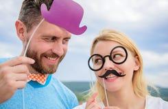 Man met baard en vrouw die pretpartij hebben Voeg wat pret toe Het maken van de grappige partij van de foto'sverjaardag Enkel voo royalty-vrije stock afbeeldingen