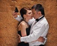 Man met kanon dat zijn vrouw beschermt Stock Foto