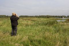 Man met verrekijker, Man with binoculars royalty free stock photo