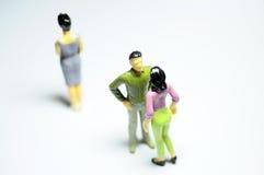 Man met vrouw babbelen, en enige vrouw die Royalty-vrije Stock Foto
