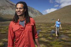 Man met Vrouw het Lopen in Vijver stock afbeelding