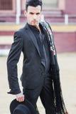 Man modell av mode, bärande spanjorkläder i en tjurfäktningsarena fotografering för bildbyråer