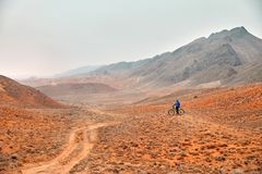 Man with mountain bike in the desert royalty free stock photography