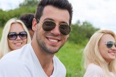 Man nära övre utomhus- grönt gräs för framsidan, lyckligt leende för folksolglasögon royaltyfri bild