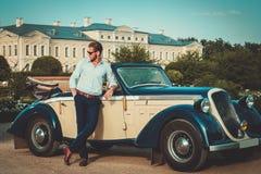 Man nära den klassiska cabrioleten royaltyfria bilder