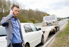 Man nära hans brutna bil på en vägren Royaltyfria Foton
