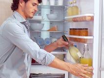 Man nära kylskåpet royaltyfria foton