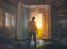 Man och öppen bibel royaltyfri bild