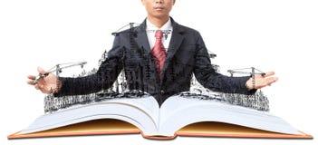 Man och öppna boken med byggnadskonstruktion på vit Arkivbilder