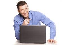 Man och bärbar dator Royaltyfri Bild