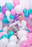 Man och ballonger fotografering för bildbyråer
