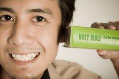 Man och bibel arkivbild