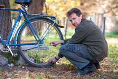 Man och cykel Royaltyfria Bilder