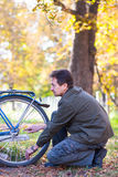 Man och cykel Arkivbild