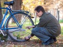 Man och cykel Fotografering för Bildbyråer