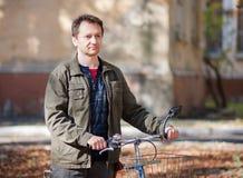 Man och en cykel Arkivbild