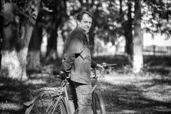 Man och en cykel Royaltyfria Bilder