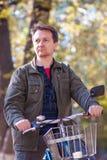 Man och en cykel Arkivfoto