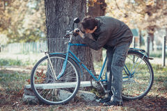 Man och en cykel Arkivfoton