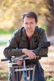 Man och en cykel Royaltyfria Foton