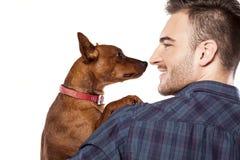 Man och en hund arkivfoto