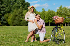 Man, och en lycklig natur för gravid kvinna parkerar in Ung lycklig famil Royaltyfri Fotografi