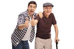 Man och en pensionär som ger upp en tumme Arkivbilder