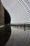 Man och fönster i modern byggnad Arkivfoto
