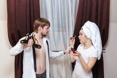 Man och flicka som argumenterar över skor Fotografering för Bildbyråer