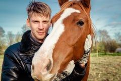 Man och häst arkivfoto
