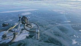 Man och hans cykel på is Han ser den härliga isen i sprickorna Första-personen beskådar Cyklisten är iklätt a lager videofilmer