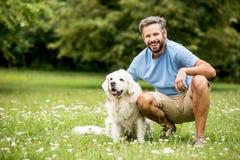 Man och hans hund som vänner Arkivbild