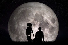 Man och hans robotvän som ser på månen Framtida begrepp, konstgjord intelligens Royaltyfri Fotografi