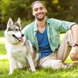 Man och hund i parkera Royaltyfria Bilder