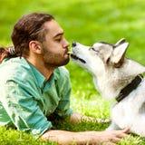 Man och hund i parkera Arkivfoton