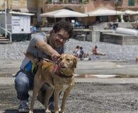 Man och hund på ferie Royaltyfri Foto