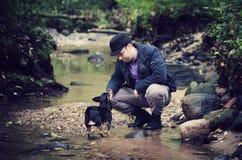 Man- och hundkamratskap Arkivbilder